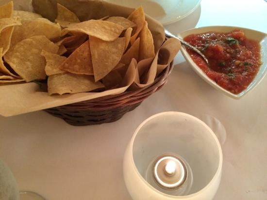 Besito Mexican Restaurant: welcoming nachos with salsa by candlelight