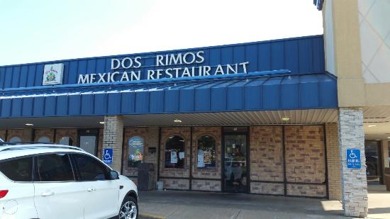 DOS Primos: Great food. Bad service. Dirty bathrooms.