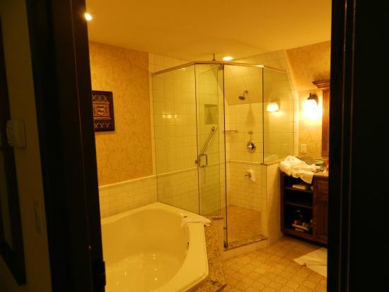 Best Western Premier Mariemont Inn: Top notch knig suite bathroom