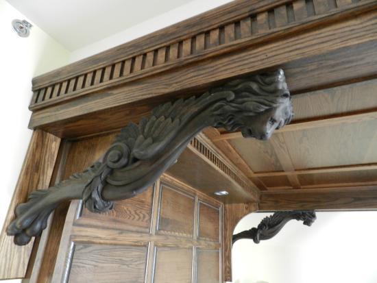 Best Western Premier Mariemont Inn: Beautiful woodwork on the king suite bed!