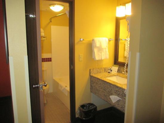 AmericInn by Wyndham St. Cloud : bathroom and sink