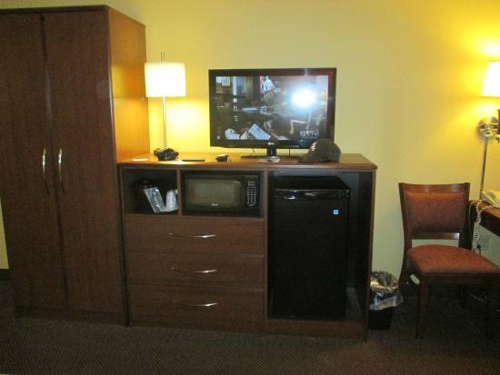 AmericInn by Wyndham St. Cloud : good tv fridge and microwave