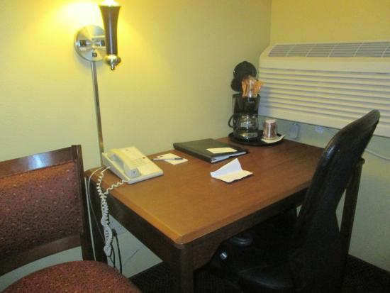 AmericInn by Wyndham St. Cloud : study part of room