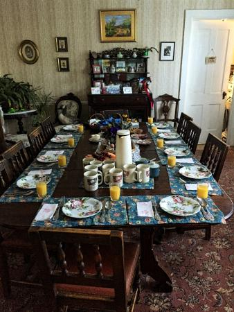 Bogan Lane Inn: Breakfast Table setting with Orange Juice, Fresh Coffee and Tea.