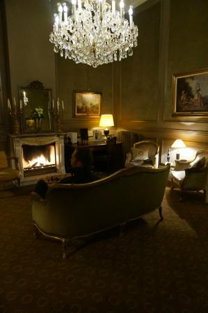 Hotel Heritage - Relais & Chateaux: Common Area Sitting Room - Lovely Fireplace