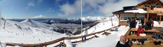 La Base Escuela de Ski & Snowboard: Vista do pub Punta Nevada, na base da pista Lynch.