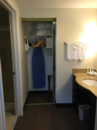 Homewood Suites by Hilton Manchester/Airport: Closet.