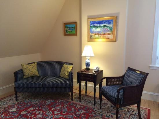 Embassy Circle Guest House: My lovely comfortable seating area in room 135