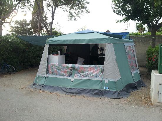 Camping Bungalows Don Cactus : Onze plek vlak bij het zwembad was wel erg heet