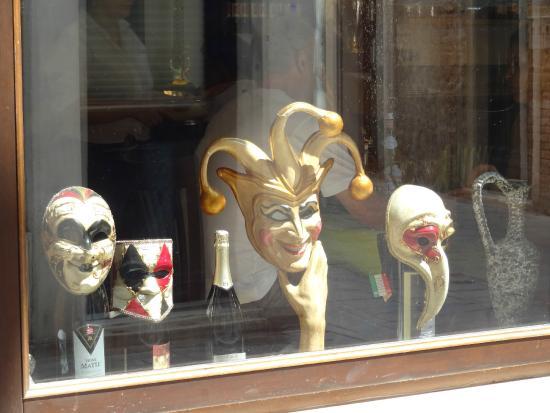 фото маски в интерьере фото
