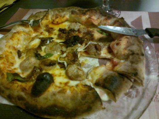 Pizza con cornicione ripieno - Foto di La Terrazza, San Giuliano ...