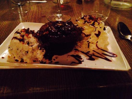 Le Patio : Dessert : fondant chocolat avec glace et chantilly ... Un DÉLICE !!