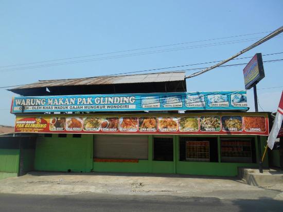 Warung Makan Pak Glinding: Persis di pinggir Jalan raya menuju Waduk Gajah Mungkur