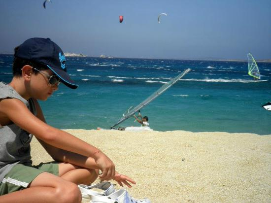 Hippocampus Club: While I had lunch, my son was sitting on the beach