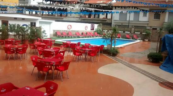 Hotel Coral: Piscina junto a la zona de espectaculo nocturno