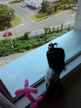 Mars Garden Wood Gotemba: 娘は窓から見える車を見てました。