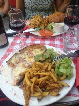 Brasserie L'Olive: tartine végétarienne et burger servis avec salade et frites maison