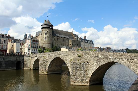 laval le vieux pont et le ch teau picture of chateau de laval laval 39 s castle laval. Black Bedroom Furniture Sets. Home Design Ideas