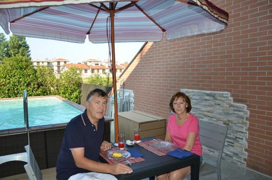 Sweet Home B B&B: Petit déjeuner au bord de la piscine