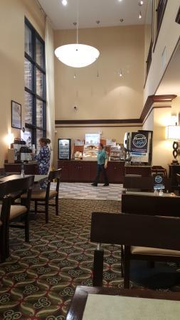 Holiday Inn Express Hotel & Suites Phoenix-Glendale: Morning breakfast setup