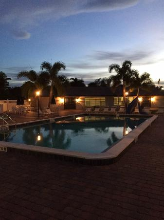 KOA Fort Myers / Pine Island: Clean pool, great music on the patio!