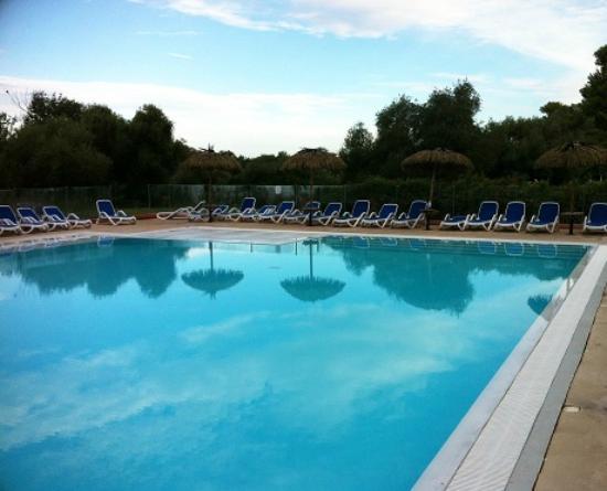 """Belambra Clubs - Golfe de Lozari : En réponse à l'avis """"pas à la hauteur du prix, piscine en lambeau"""" du 12/08/2015 : nouvelles gri"""