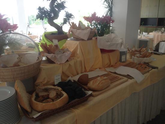Zenit Hotel: Buffet con varietà di pane artigianale