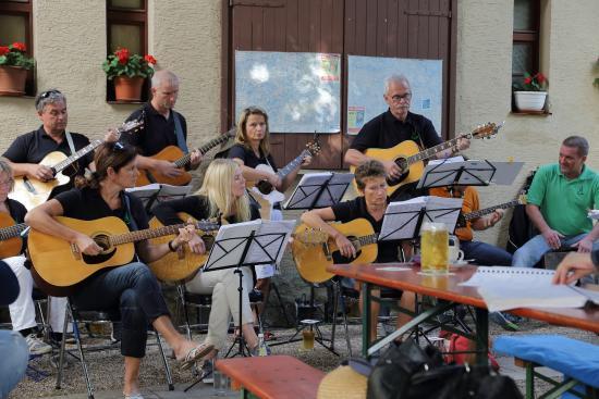 Solnhofen, Jerman: es gab auch Musik im Biergarten