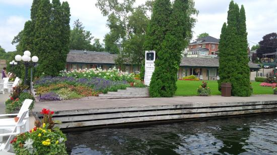 Watermark Restaurant at The Gananoque Inn: Beautiful landscaping visible from restaurant