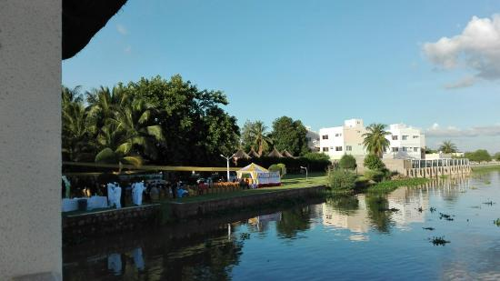 Hotel Mande: Вид на реку и лужайку с террасы ресторана
