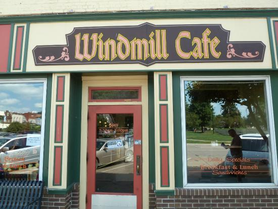 Windmill Cafe: Restaurant is located on town square