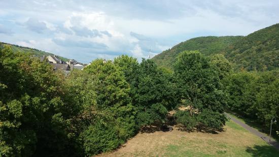 Hotel Moselblick: Zicht richting bergen vanaf balkon