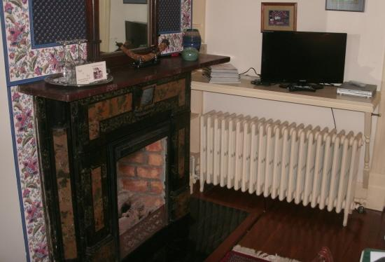 TV, fireplace, radiator, wine glasses -- and a personal greeting ...