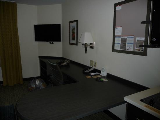 Candlewood Suites New Braunfels: Desk/tv area