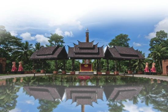 Iyara Lake Hotel & Resort: Main Entrance