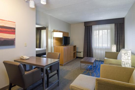 Holiday Inn Express King Of Prussia: Suite Living Area