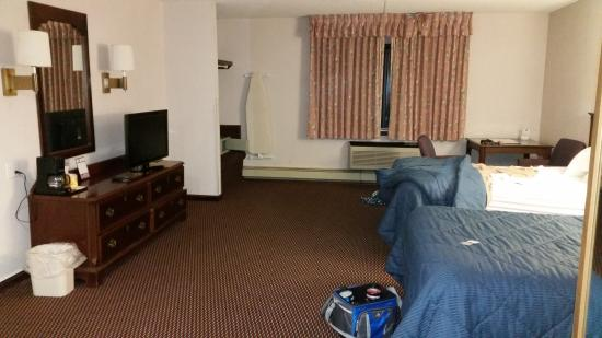 Quality Inn Cedar Point South: A shot of the room from the door/jacuzzi area! Very spacious room!
