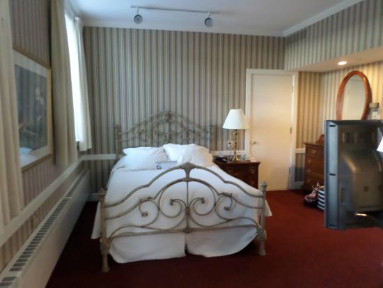Stafford's Perry Hotel: bedroom of two room suite