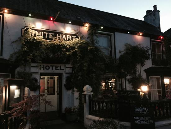 The White Hart: The pub at dusk