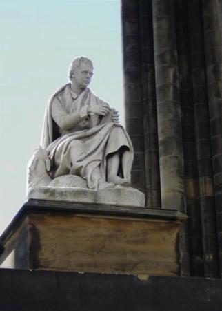 Albany Street Apartments : Sir Walter Scott Monument