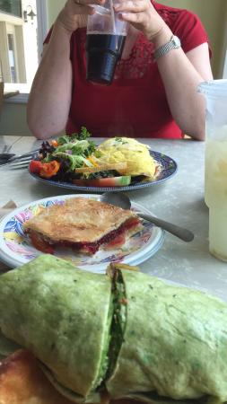 New Lebanon, نيويورك: Wrap,peach raspberry pie and omelet