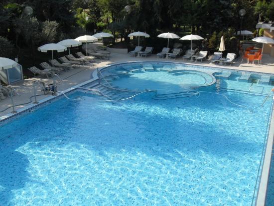La grande piscine thermale jets picture of hotel terme for Abano terme piscine