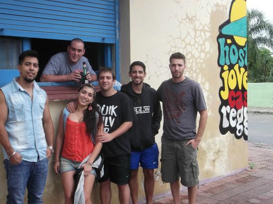 Hostel Joven Casa Reggae : bar improvisado, en la calle mientras pintaban un mural los Alemanes