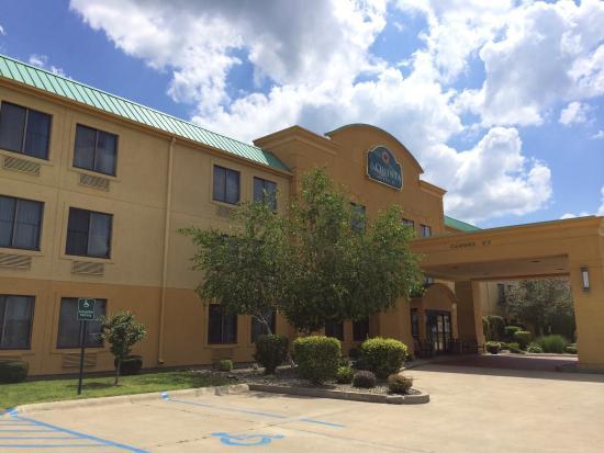 La Quinta Inn & Suites Lafayette: Swimming pool, hot tub, and hotel