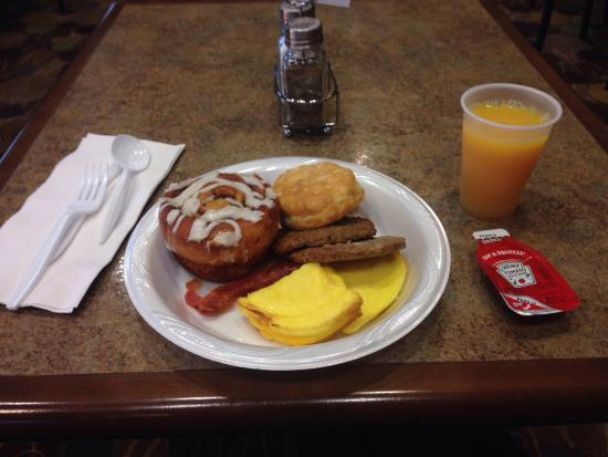 Holiday Inn Express Hotel & Suites Dubuque-West: Love having breakfast food at night and in the morning.