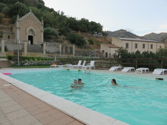 Turismo Rurale San Gaetano: Piscine et bâtiment avec les chambres à droite
