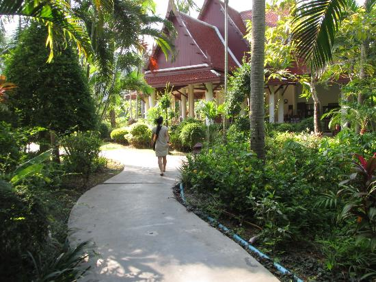 Royal Lanta Resort and Spa : Walking to reception from our room