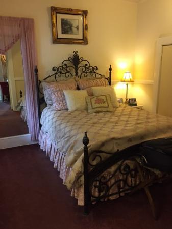Monarch Cove Inn: Rose Garden Suite bedroom
