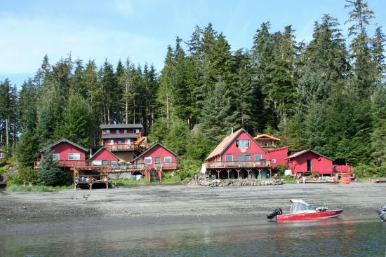 Green Rocks Wilderness Lodge : The lodge from the water