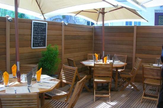 Le Piron : la terrasse à midi
